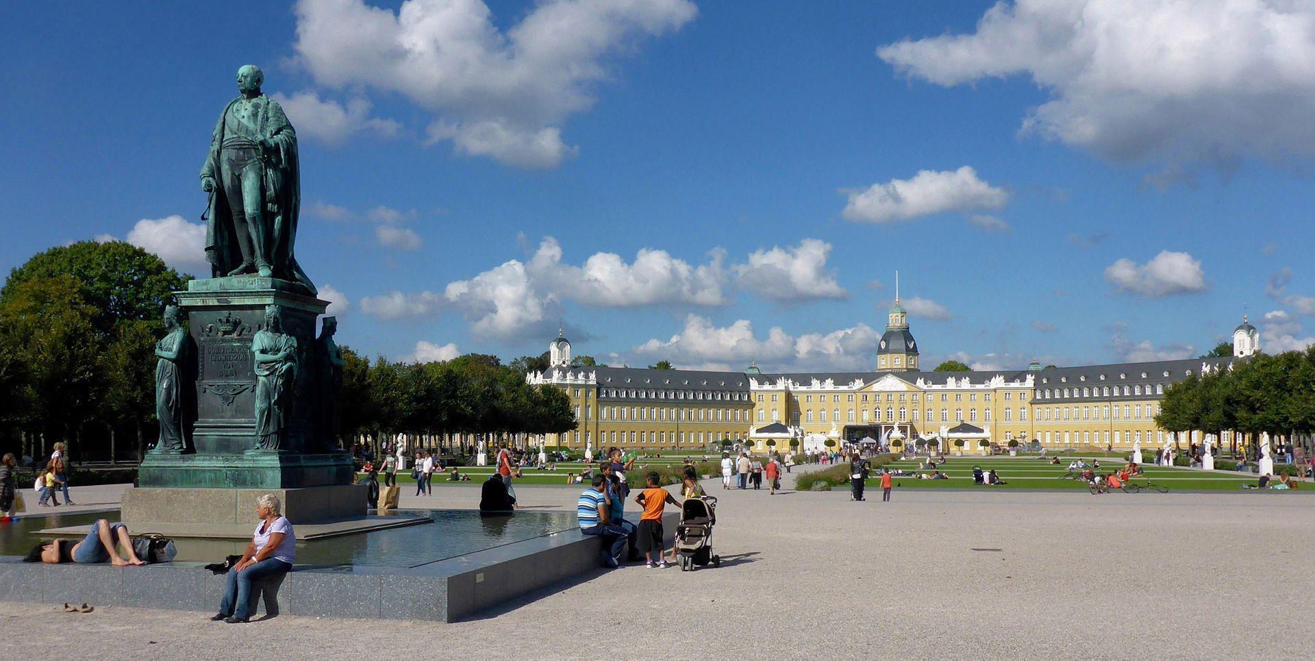 Karl-Friedrich-Denkmal am Schlossplatz Karlsruhe